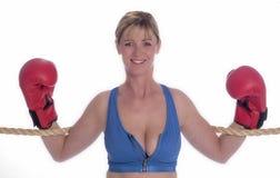 Frauenboxer im Sport-BH und in den roten Handschuhen Lizenzfreie Stockbilder