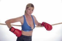 Frauenboxer im Sport-BH und in den roten Handschuhen Lizenzfreie Stockfotografie