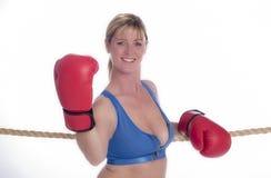 Frauenboxer im Sport-BH und in den roten Handschuhen Stockfoto
