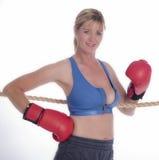 Frauenboxer im Sport-BH und in den roten Handschuhen Stockfotos