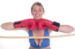 Frauenboxer im Sport-BH und in den roten Handschuhen Stockfotografie