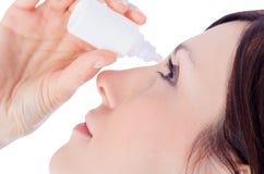 Frauenbratenfettauge mit Augentropfen Lizenzfreie Stockfotos