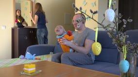 Frauenbürsten-Haarspiegel Vater mit neugeborenem Baby 4K stock footage