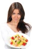 Frauenchef, der die Platte mit italienischen Teigwaren anhält Lizenzfreies Stockfoto