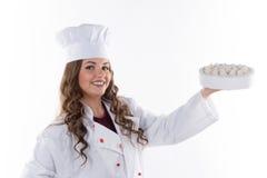 Frauenchef, der einen Kuchen hält Stockfoto