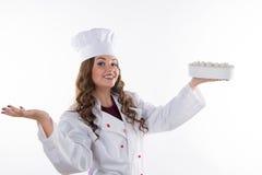 Frauenchef, der einen Kuchen hält lizenzfreies stockfoto