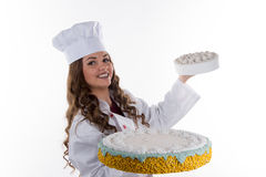 Frauenchef, der einen Kuchen hält stockfotos