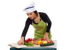 Frauenchef, der Gemüse kocht Lizenzfreie Stockfotos