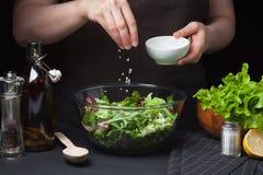 Frauenchef in der Küche, die Gemüsesalat zubereitet Gesundes Essen Nähren Sie Konzept Eine gesunde Lebensart Zu At kochen Lizenzfreies Stockbild