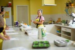 Frauenchefkoch sprechen über das Kochen in der Küche des Kochens der Schule stockfoto