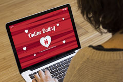 Frauencomputer-on-line-Datierung Stockfotos