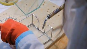 Frauendekorateur, der Glasgeschenkbox herstellt stock video