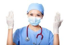 Frauendoktor, der medizinische Handschuhe trägt Lizenzfreie Stockfotos