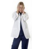 Frauendoktor mit den Händen, die Ohren abdecken Stockbild