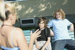 Frauendrogenhändler an der Spielplatzschule Lizenzfreies Stockbild