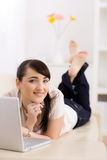 Frauendurchstöberninternet Stockfotografie