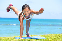 Fraueneignung crossfit Übung, die draußen ausbildet Lizenzfreies Stockfoto
