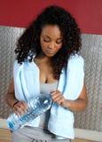 Fraueneignungkursleiter in der Gymnastik mit Flasche Stockbild