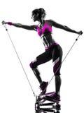 Fraueneignungs-Stepperwiderstand versieht Übungsschattenbild mit einem Band Stockfoto