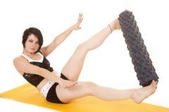 Fraueneignungsgelb-Mattenrolle zwischen Füßen stockbild