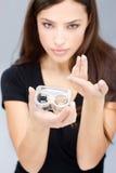 Fraueneinfluß-Kontaktlinsekästen und -objektiv lizenzfreie stockfotografie