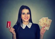 Fraueneinkaufen, das Kreditkarte- und Bargeldeurobanknotenrechnungen hält Lizenzfreie Stockfotos