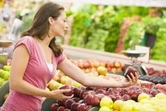 Fraueneinkaufen in der Erzeugnisabteilung lizenzfreies stockfoto