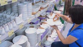 Fraueneinkaufen für Dishware im Speicher stock video
