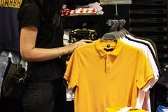 Fraueneinkaufen für Kleidung auf Black Friday lizenzfreie stockbilder