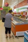 Fraueneinkaufen im Speicher lizenzfreie stockbilder