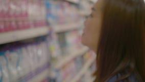 Fraueneinkaufen im Supermarkt stock video