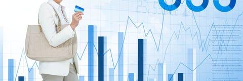 Fraueneinkaufen mit Karte mit Taschen und Diagramm- und Statistikübergang Lizenzfreies Stockbild