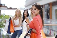 Fraueneinkaufen mit Kreditkarte Stockfotografie