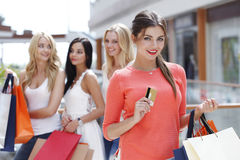 Fraueneinkaufen mit Kreditkarte Stockbild