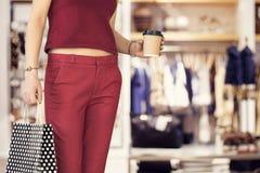 Fraueneinkaufen mit Tasche in der Butike lizenzfreies stockfoto