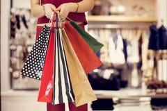 Fraueneinkaufen mit Tasche in der Butike lizenzfreie stockbilder