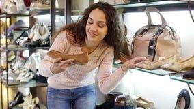 Fraueneinkaufen am Modeschuhgeschäft stock footage