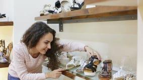 Fraueneinkaufen am Modeschuhgeschäft stock video footage