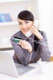 Fraueneinkaufen Online Stockbilder
