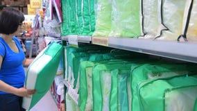Fraueneinkaufen in sthe Speicher von Heimtextilien stock video footage