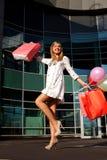 Fraueneinkaufen- und -holdingbeutel Stockbild