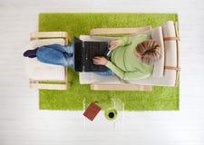Fraueneinkaufen vom Haus Lizenzfreie Stockfotos