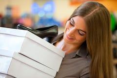 Fraueneinkaufenschuhe im Speicher Stockfoto