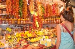 Fraueneinkaufsgewürze und -gemüse Stockfotos