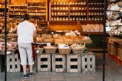 Fraueneinkaufslebensmittel in Viktualienmarkt stockbilder