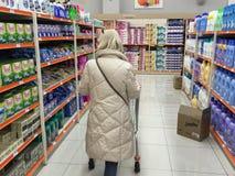 Fraueneinkaufssupermarkt Lizenzfreie Stockfotos