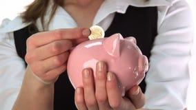 Fraueneinsparunggeld in einer piggy Querneigung stock footage