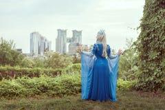 Frauenelfe auf einem Hintergrund einer modernen Stadt Stockfotografie