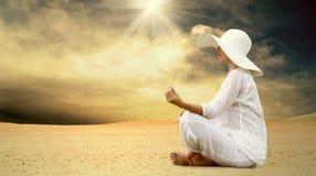 Frauenentspannung an der sonnigen Wüste Lizenzfreie Stockbilder