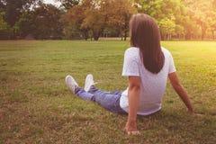 Frauenentspannung und -lügen auf grünem Gras im Park lizenzfreie stockfotos